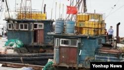 """Tư liệu: """"Tàu đánh cá Trung quốc hoạt động trái phép bị Lực lượng Tuần duyên Hàn quốc chặn."""" (Yonhap)"""