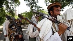 Celalabad'da silahlarını teslim eden Taleban savaşçıları