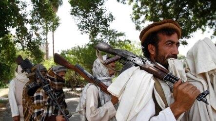塔利班武装分子向阿富汗当局投降之前,持有轻型和重型武器(资料照片)。