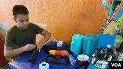 """Wilferson Rodríguez Ríos, un joven """"periodista comunitario"""", muestra los micrófonos con los que cuenta las noticias del barrio venezolano La Lucha, en Maracaibo, Zulia. Septiembre 3, 2021. Foto: VOA."""