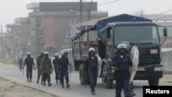 La police anti-émeute patrouille les rues après des échauffourées avec des manifestants, à Douala, Cameroun, 25 février 2008.