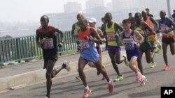 지난달 10일 (현지시간) 평양에서 열린 제29회 만경대상 국제마라톤대회에 참가한 선수들이 역주하고 있다. (자료사진)