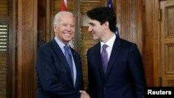Perdana Menteri Kanada Justin Trudeau (kanan) berjabat tangan dengan Joe Biden ketika masih menjabat sebagai wakil presiden AS, Ottawa, Ontario, Kanada, 9 Desember 2016. (Foto: REUTERS/Chris Wattie)