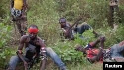 Para anggota milisi anti Balaka beristirahat di tengah patroli mereka di wilayah Boeing, Bangui, (24/2). Pemerintah Republik Afrika Tengah menuduh milisi ini berada dibalik serangan atas pemakaman di Bangui Kamis malam.