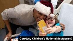 2018年12月19日前总统巴拉克奥巴马于在华盛顿儿童医院探望儿童。