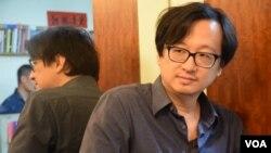 来自台湾的香港《号外》杂志主编张铁志表示,台湾的太阳花运动与香港的雨伞运动组织者有一定的交流。(美国之音 美国之音汤惠芸拍摄)