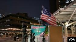 香港理工大學校園警民對峙持續第5日,有人在校園內插上美國國旗。 (美國之音湯惠芸)