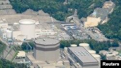 Une vue aérienne montre la centrale nucléaire Japan Atomic Power Co.'s Tsuruga à Tsuruga, prefecture de Fukui, Japon.