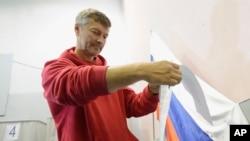 ທ່ານແອຟກີນີ ຣອຍສແມນ (Yevgeny Roizman) ເຈົ້າເມືອງທີ່ມີແນວຄິດເອກະລາດຂອງເມືອງອີກາເທີຣິນບຸກ (Yekaterinburg) ປ່ອນບັດໃນການເລືອກຕັ້ງເອົາເຈົ້າແຂວງ ຢູ່ ເມືອງອີກາເທີຣິນບຸກ ໃນວັນທີ 8 ກັນຍາ 2013