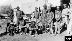 Presos herero durante a guerra na Namibia (Foto de arquivo)