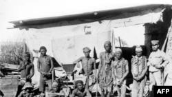 Ifoto y'Umusirikare w'umuzungu ushobora kuba ari Umudage arinze imbohe z'intambara z'abo mu bwoko bw'Abaherero n'Abanama bo muri Namibiya hagati ta 1904 na 1908