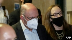 Allen Weisselberg, l'ancien directeur financier de l'organisation de l'ancien président américain Donald Trump quitte le tribunal pénal de Lower Manhattan après avoir plaidé non coupable des accusations à New York le 1er juillet 2021.
