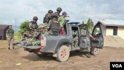 Personel Brimob dan TNI dalam Operasi Tinombala 2016 di Kabupaten Poso (VOA/Yoanes).