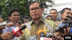 Sekretaris Kabinet Pramono Anung memberikan keterangan di kompleks Istana kepresidenan di Jakarta, hari Selasa (19/7) seputar tertembaknya buron teroris Santoso di Poso, Sulawesi Tengah (VOA/Andylala).