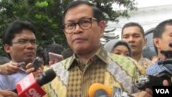 Sekretaris Kabinet Pramono Anung memberikan keterangan kepada wartawan. (Foto dok. VOA/Andylala).