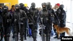 Des membres du Bataillon d'opérations spéciales du Brésil (BOPE) participent à un exercice de simulation de crise mené par le BOPE pour montrer aux médias comment la sécurité allait être organisée lors des Jeux olympiques de 2016