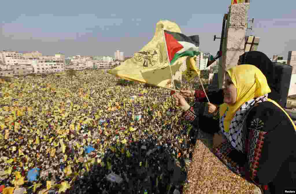 Women wave Palestinian (front) and Fatah flags during a rally marking the 48th anniversary of the founding of the Fatah movement, in Gaza City, January 4, 2013.