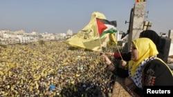 Para perempuan Palestina pendukung Fatah ikut merayakan Hari Jadi kelompok Fatah ke-48 di Jalur Gaza, Jumat (4/1).