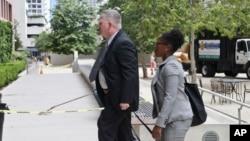 海军少将罗伯特•吉尔博身着便装走入圣迭戈的联邦法院。(2016年6月9日)