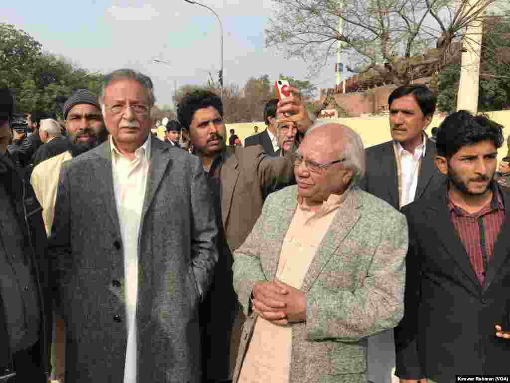 نمازِ جنازہ میں کئی سیاست دان بھی شریک ہوئے۔