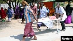 Des secours évacuent les victimes de l'attentat, dans le quartier de Hodan, à Mogadiscio, le 15 octobre 2017.