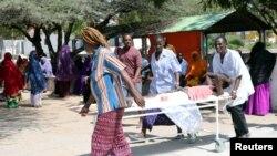 Des secours évacuent les victimes d'un attentat dans le quartier de Hodan, à Mogadiscio, le 15 octobre 2017.