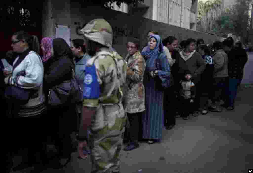 지난달 15일 이집트 카이로의 투표소에 줄을 선 여성 유권자들.