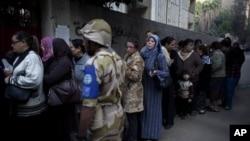 이집트 카이로의 한 투표소에 길게 줄을 늘어선 여성 유권자들