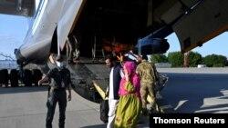 مسافران هواپیمای اوکراینی در فرودگاه کییف، عکس از وزارت خارجه اوکراین