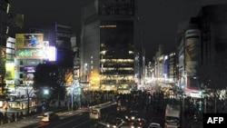 Quận Shibuya của Tokyo đêm14/3/11 không còn sáng rực đèn trên các bảng quảng cáo nữa vì điện cung cấp không đủ nhu cầu