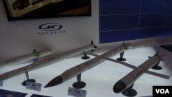 """2013年8月莫斯科航展上俄罗斯从里海发射的""""口径""""ZM-14巡航导弹模型(右),这是出口型。(美国之音白桦拍摄)"""