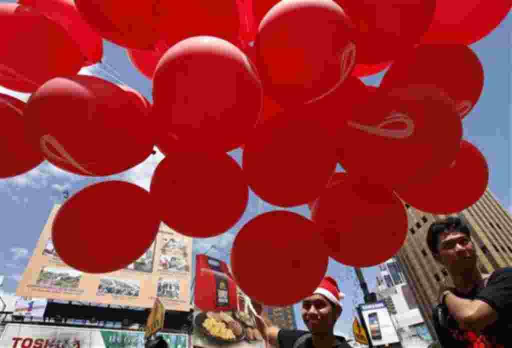 En el centro de Kuala Lumpur, Malasia, se preparan los globos durante una campaña de sensibilización para conmemorar el Día Mundial del SIDA, el 1 de diciembre de 2011.
