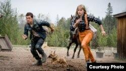 """Tom Holland berperan sebagai 'Todd Hewitt' dan Daisy Ridley sebagai 'Viola Eade' dalam CHAOS WALKING (""""Chaos Walking"""" / Murray Close via EPK.TV)"""