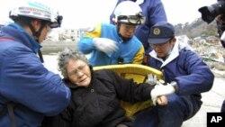 這名80歲的日本婦女星期天被救援人員從瓦礫中救出。