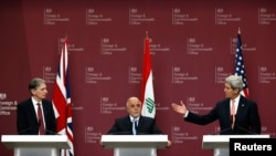 نشست خبری جان کری وزیر خارجه آمریکا (راست)، فیلیپ هاموند وزیر خارجه بریتانیا (چپ) و حیدر العبادی نخست وزیر عراق در لندن - ۲ بهمن ۱۳۹۳