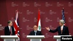 Từ trái: Ngoại trưởng Anh Philip Hammond, Thủ tướng Iraq Haider al-Abadi, và Ngoại trưởng Mỹ John Kerry trong cuộc họp báo ở London, ngày 22/1/2015.