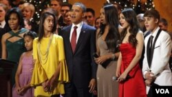La primera dama Michelle Obama, Sasha Obama, Malia Obama y el presidente Barack Obama, con los artistas Jennifer Hudson, Victoria Justice y Justin Bieber.