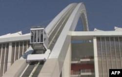 Xe ca của sân Durban đưa khách lên đỉnh vòng cung cao 106 mét ngắm cảnh