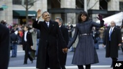 El presidente Barack Obama de la mano con su esposa Michelle recorren la avenida Pensilvania.