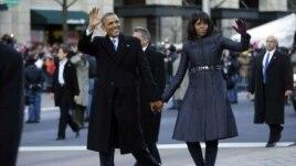Predsednik Obama sa suprugom Mišel tokom inauguracione parade u Vašingtonu