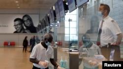 В аеропорту імені Бена Ґуріона в Тель-Авіві випробовують способи роботи в умовах скасування деяких карантинних обмежень. Ізраїль 14 травня 20202 р.