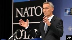 Йенс Столтенберг выступает на пресс-конференции в рамках саммита глав МИД НАТО в Брюсселе, 27 апреля 2018 года