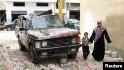 Sebuah kendaraan di Hermel, Bekaa terkena oleh serangan roket pemberontak Suriah (foto: dok).