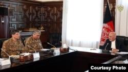 O General Qamar Javed Bajwa, acompnhado pelo chefe dos serviços secretos (à esquerda) em conversações com o presidente afegão.