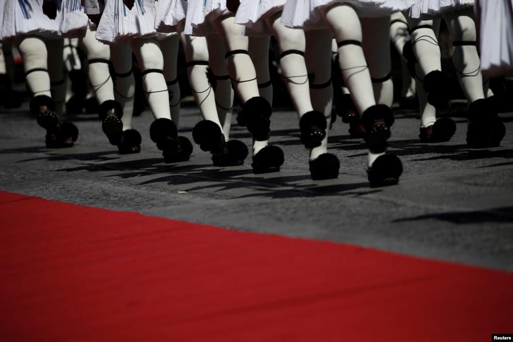 그리스 아테네 대통령궁 의장대가 에마뉘엘 마크롱 프랑스 대통령 환영식을 준비하고 있다.