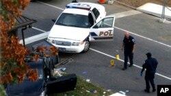 Policías del Capitolio observan el Nissan Infiniti que provocó el incidente en Washington.