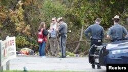 نیویارک پولیس اہل کار حادثے کے مقام پر شواہد اکھٹے کر رہے ہیں۔ 8 اکتوبر 2018