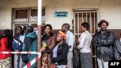 Wananchi wa Zambia wakipanga mstari katika uchaguzi wa Januari, 20, 2015.