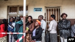 20일 잠비아 수도 루사카의 대선 투표소에서 유권자들이 줄을 서 있다.