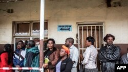 Zambians queue to cast their ballots for the Zambian Presidential elections at Kanyama primary in Lusaka, Jan. 20, 2015.